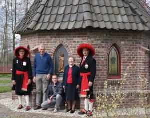 De jubilarissen vlnr: Louis Kuijpers, Harrie Verkampen, Teun Opsteen, Anna Bouw en John Adriaans