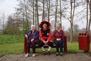 Koningszoon Joan temidden van de oud-koninginnen Truus van Erp en Tonnie van der Burgt