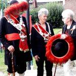 Oud-koningin Paulina Adriaans Opsteen kleedt de nieuwe koningin Tonnie van der Burgt ook nog aan.
